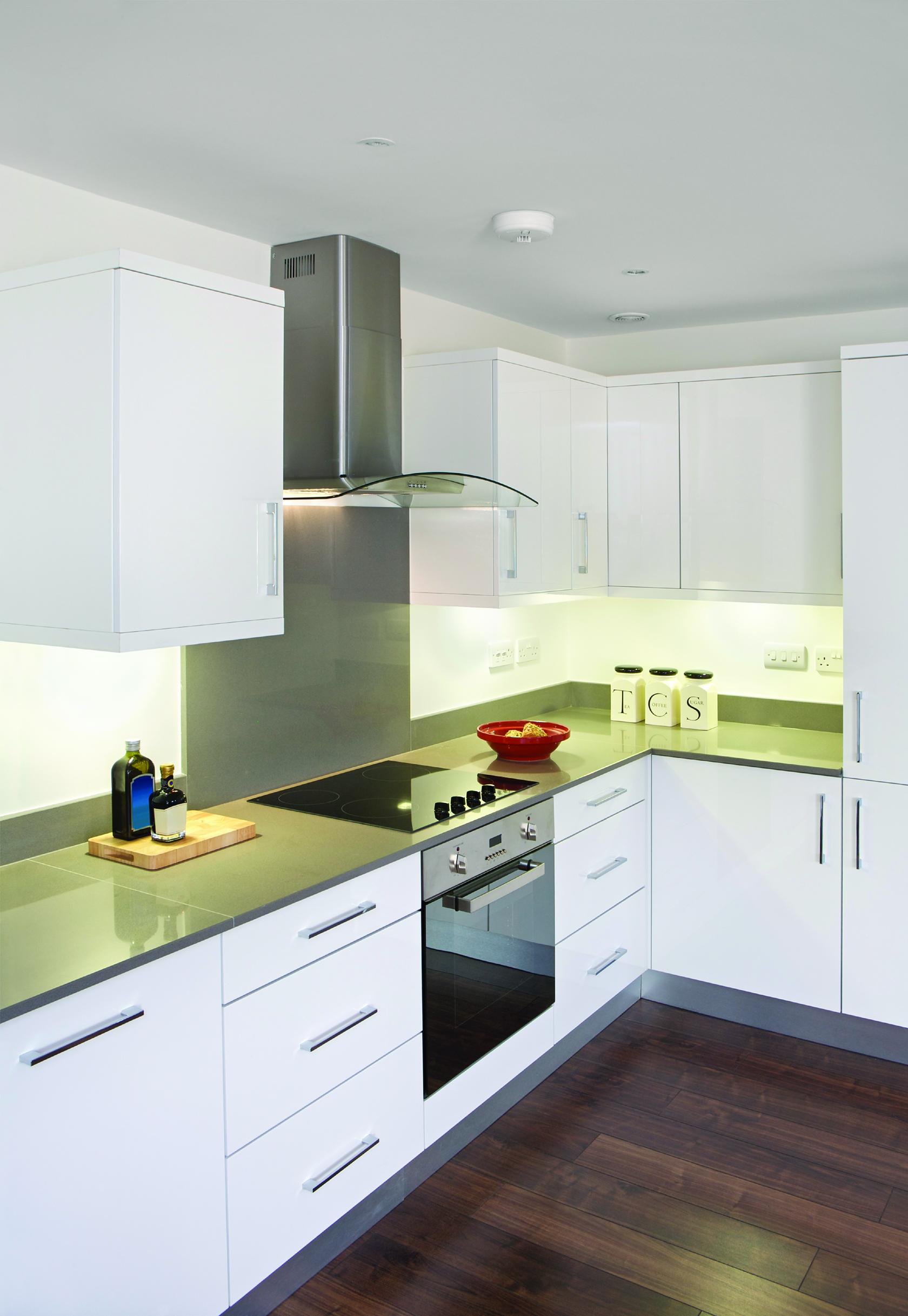 A_kitchen_lit_with_bright_white_5000k_light.jpg